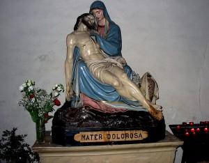 Mère douloureuse tenant sur ses genoux le corps de son divin fils détaché de la Croix.
