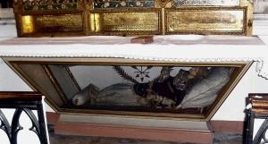Autel de Sainte Eugénie, représentation de la Sainte dans le tombeau